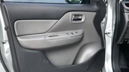 Bán Mitsubishi Triton 2018 máy dầu số sàn màu bạc xe đẹp cực kỳ.