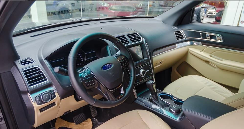 Các chi tiết trên khu vực bảng tablo của Ford Explorer 2017 được bố trí cân xứng và liền mạch 1