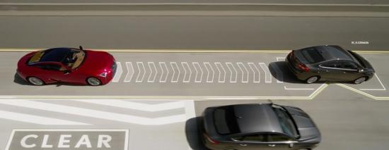 """Lexus """"đón đầu"""" Cá tháng Tư bằng công nghệ """"ép"""" xe tự nhường đường Lane Valet"""