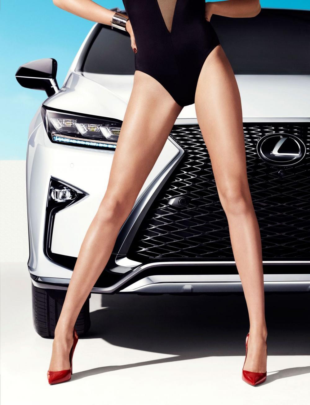Cùng ngắm thánh nữ Hailey Clauson khoe vẻ kiêu sa bên Lexus RX 2016 7