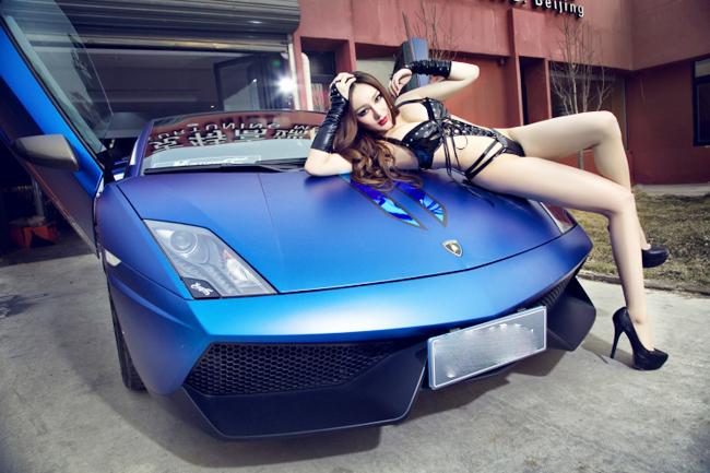 Loạt chân dài nóng bỏng khoe dáng bên siêu xe Lamborghini 9