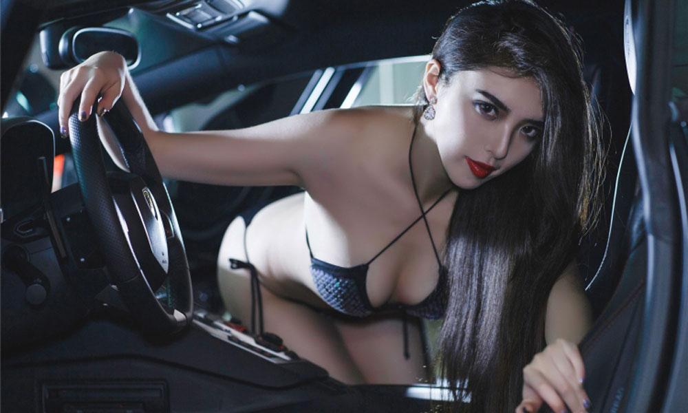 Người mẫu bikini bên cạnh xế độ DMC Lamborghini