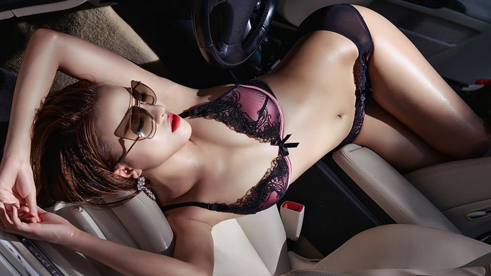 Đường cong nóng bỏng của Nguyệt Moon bên xe sang Lexus 1