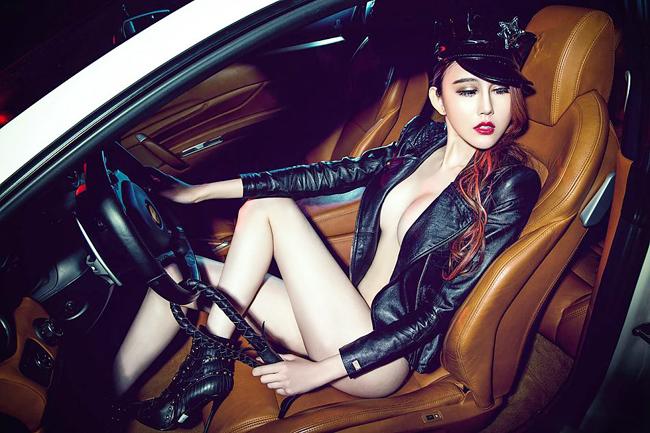 """Nóng bỏng đường cong sexy """"đốn tim"""" bên siêu xe Ferrari 6"""