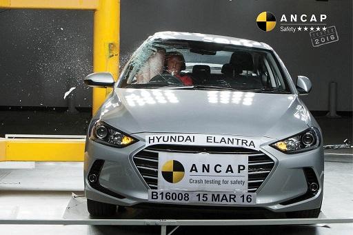Hyundai Elantra 2016 và Mazda 3 7