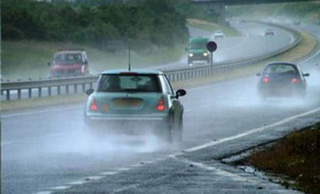 Kinh nghiệm lái xe ô tô an toàn dưới trời mưa lớn